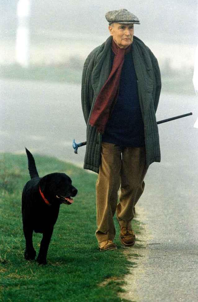 francois-mitterrand-walks-his-dog-e8e4-diaporama